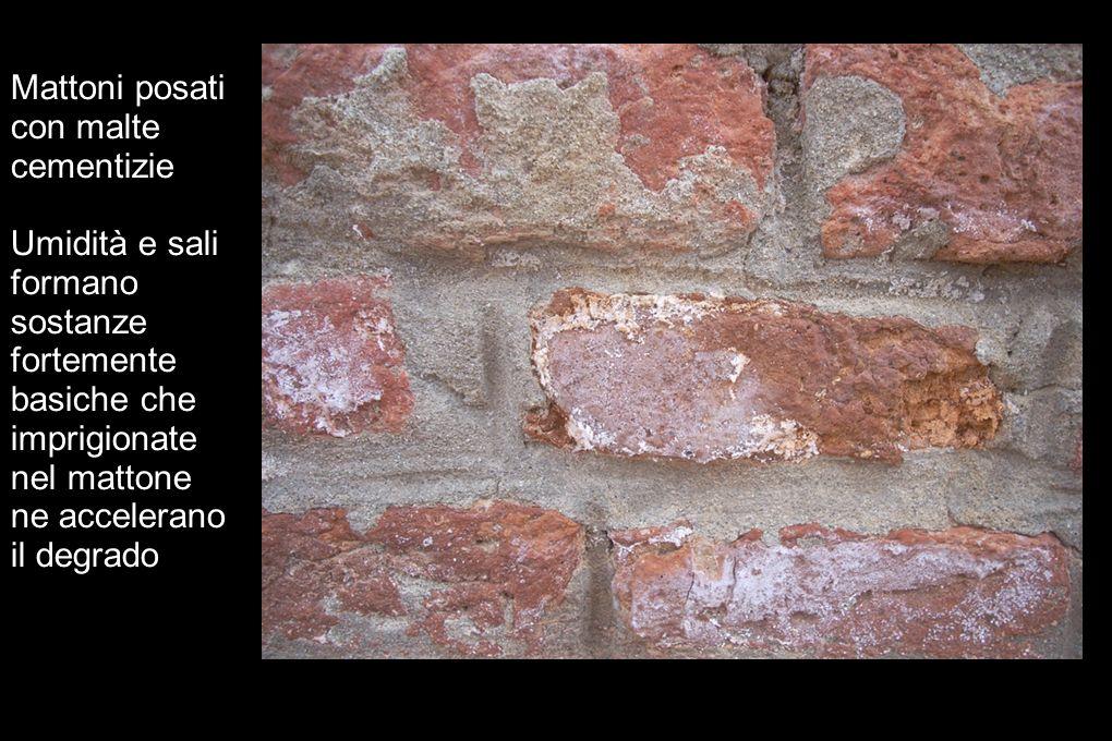 Mattoni posati con malte cementizie Umidità e sali formano sostanze fortemente basiche che imprigionate nel mattone ne accelerano il degrado