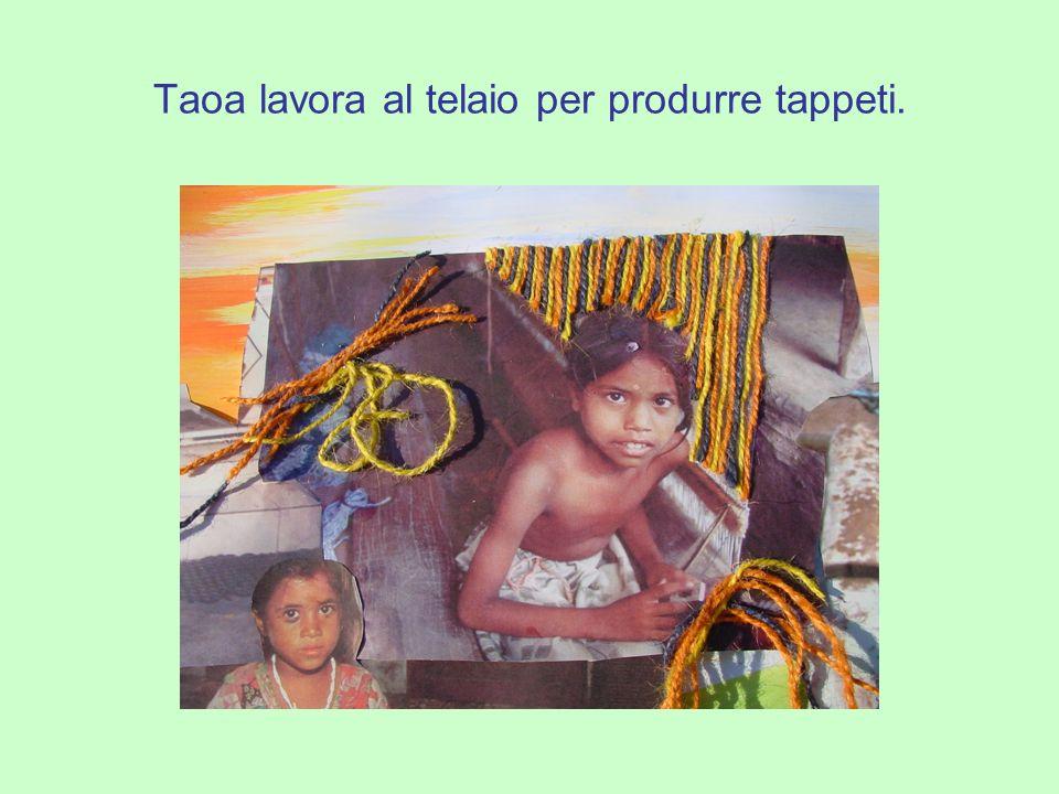Taoa lavora al telaio per produrre tappeti.