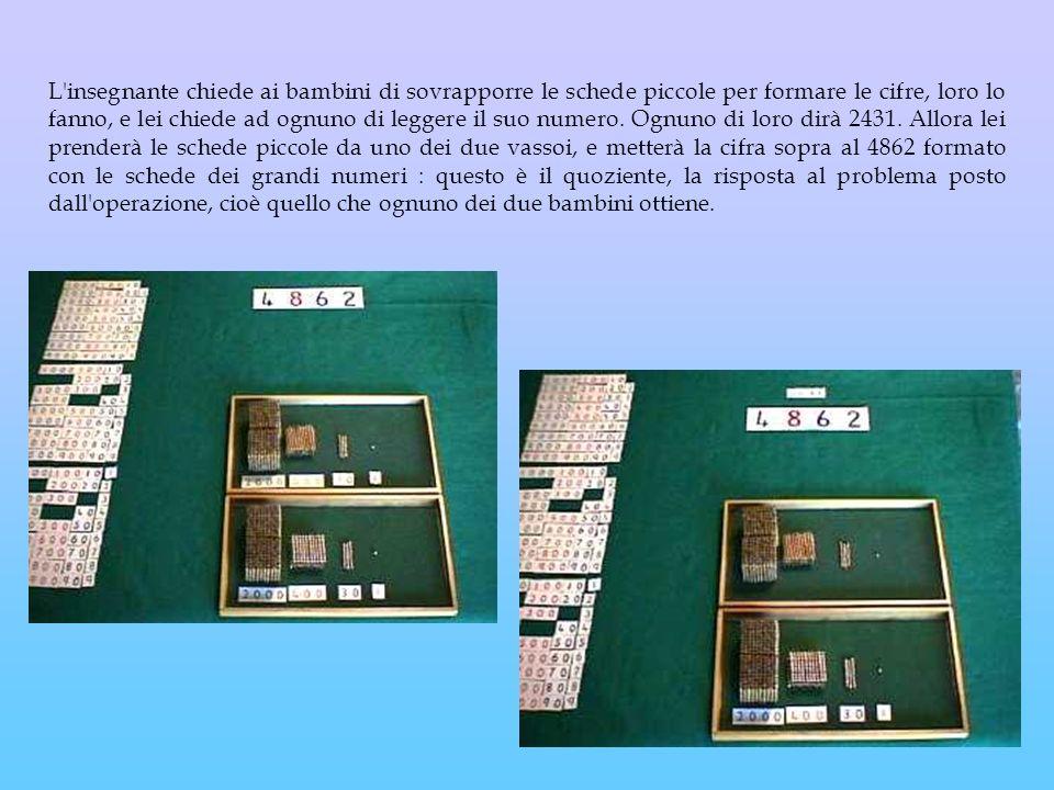 L'insegnante chiede ai bambini di sovrapporre le schede piccole per formare le cifre, loro lo fanno, e lei chiede ad ognuno di leggere il suo numero.