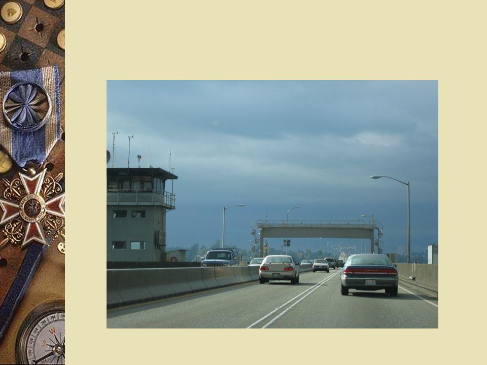 Il ponte è ancorato alle rive tramite enormi cavi dacciaio ed ha il vantaggio di potersi adattare alle piene del fiume (dato che galleggia), nei limiti consentiti dalla lunghezza dei cavi, che può essere leggermente modificata.