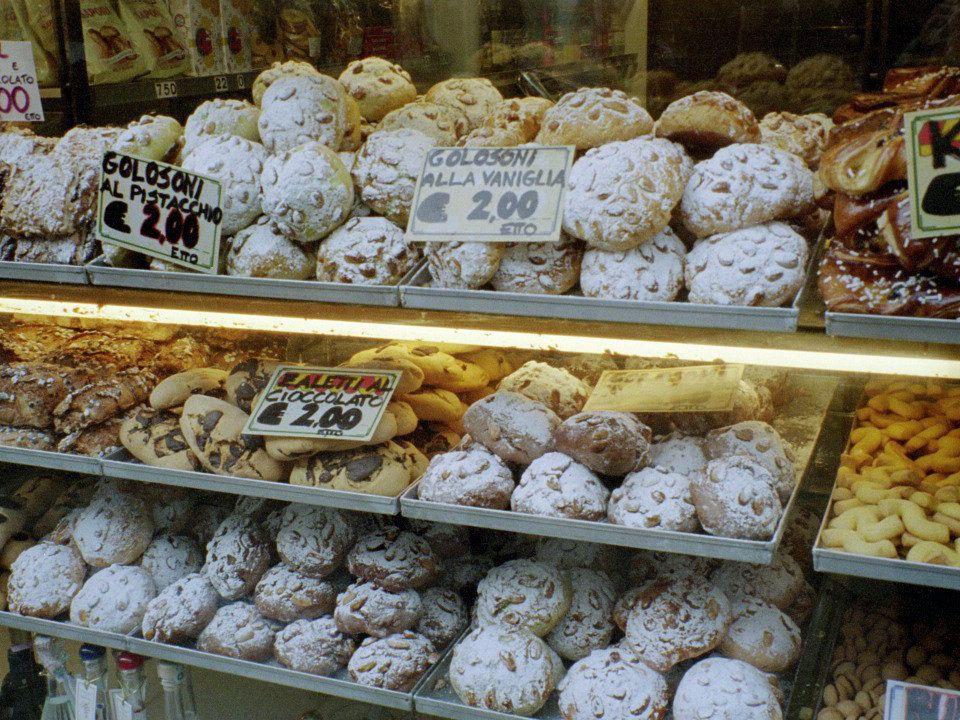 Vado alla pasticceria Vado alla pasticceria Per comprare delle paste Per comprare delle paste Pasticciere, pasticciera Pasticciere, pasticciera Un bel biscotto vorrei.