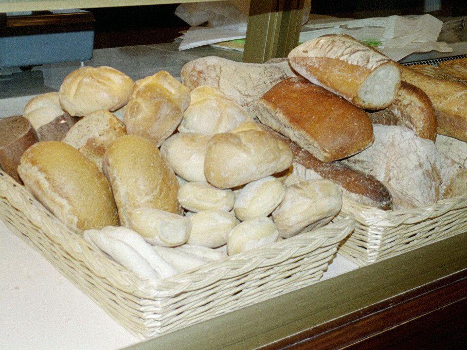 Vado alla panetteria Vado alla panetteria Per comprare del pane Per comprare del pane Panettiere, panettiera Panettiere, panettiera Un bel grissino vorrei.