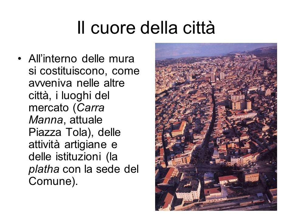 Il cuore della città Allinterno delle mura si costituiscono, come avveniva nelle altre città, i luoghi del mercato (Carra Manna, attuale Piazza Tola),