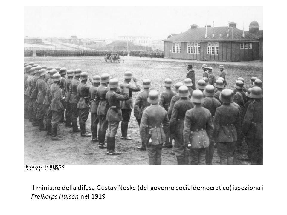 Il ministro della difesa Gustav Noske (del governo socialdemocratico) ispeziona i Freikorps Hulsen nel 1919