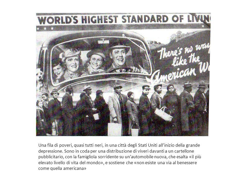 Una fila di poveri, quasi tutti neri, in una città degli Stati Uniti allinizio della grande depressione. Sono in coda per una distribuzione di viveri