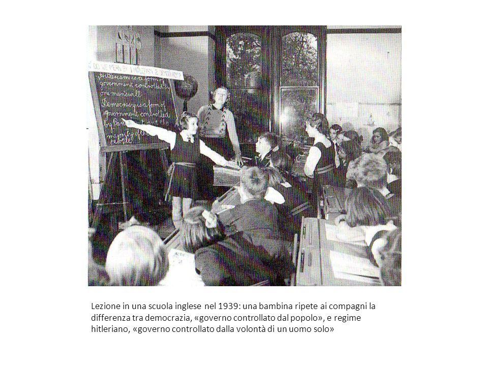 Lezione in una scuola inglese nel 1939: una bambina ripete ai compagni la differenza tra democrazia, «governo controllato dal popolo», e regime hitler