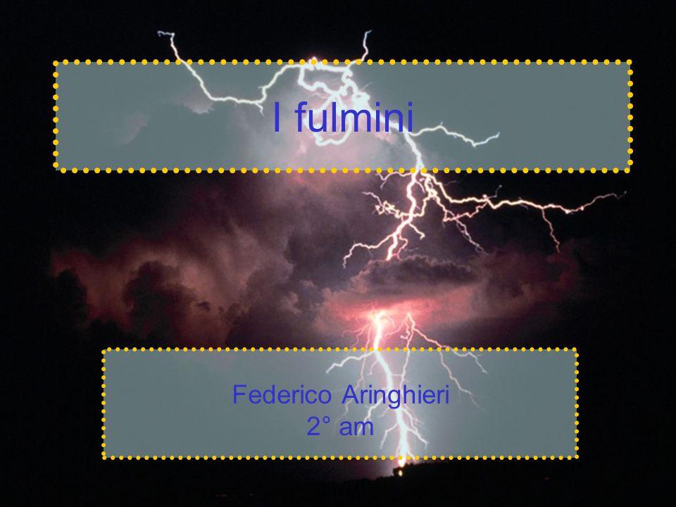 I fulmini Il fulmine è una scarica elettrica di grandi dimensioni che avviene nell atmosfera.