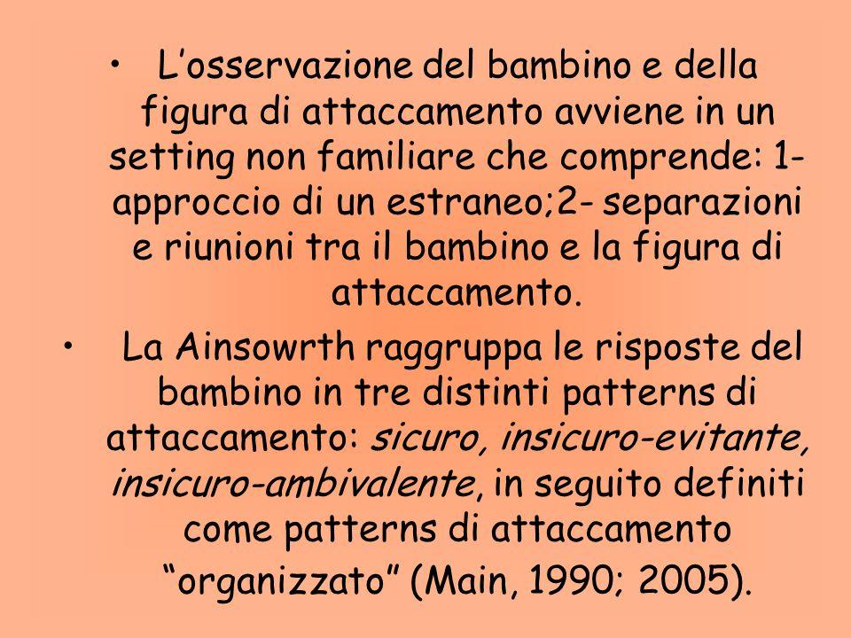 Losservazione del bambino e della figura di attaccamento avviene in un setting non familiare che comprende: 1- approccio di un estraneo;2- separazioni e riunioni tra il bambino e la figura di attaccamento.