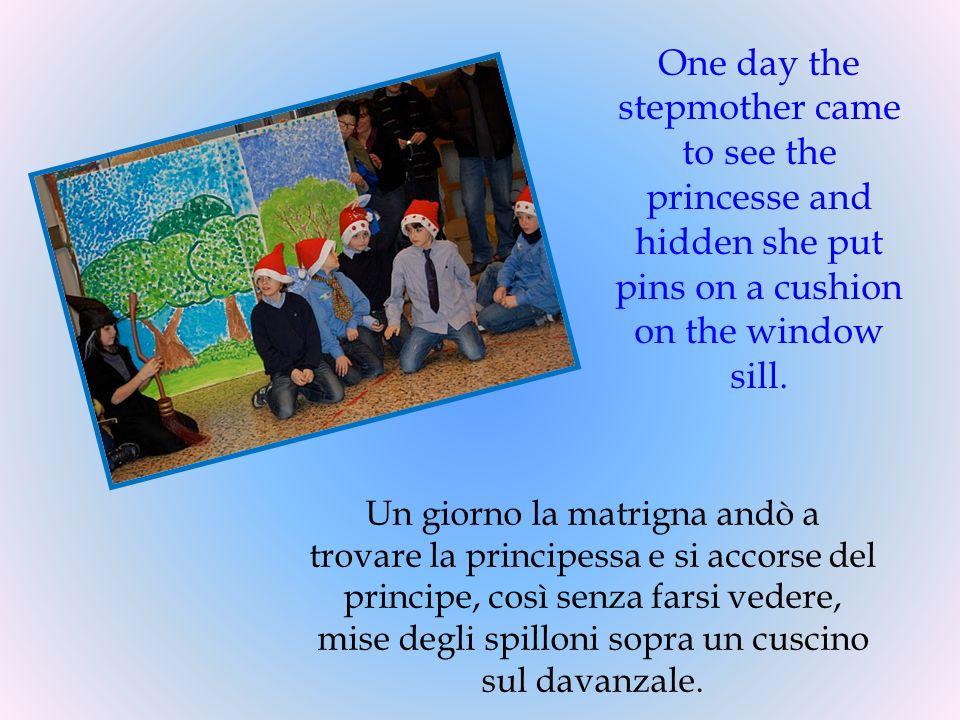 Un giorno la matrigna andò a trovare la principessa e si accorse del principe, così senza farsi vedere, mise degli spilloni sopra un cuscino sul davan