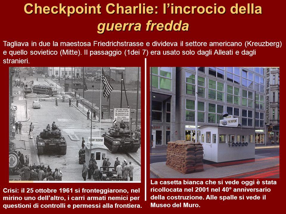 Checkpoint Charlie: lincrocio della guerra fredda Crisi: il 25 ottobre 1961 si fronteggiarono, nel mirino uno dellaltro, i carri armati nemici per que
