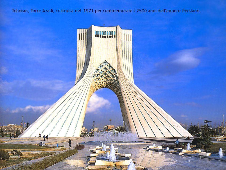 Teheran, Torre Azadi, costruita nel 1971 per commemorare i 2500 anni dellimpero Persiano.