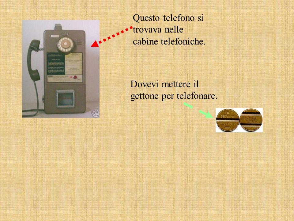 Questo è un telefono antico. Ha una rotella per fare il numero. Questi telefoni si trovavano anche in cabine telefoniche.