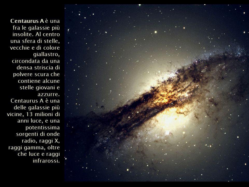 Centaurus A è una fra le galassie più insolite. Al centro una sfera di stelle, vecchie e di colore giallastro, circondata da una densa striscia di pol