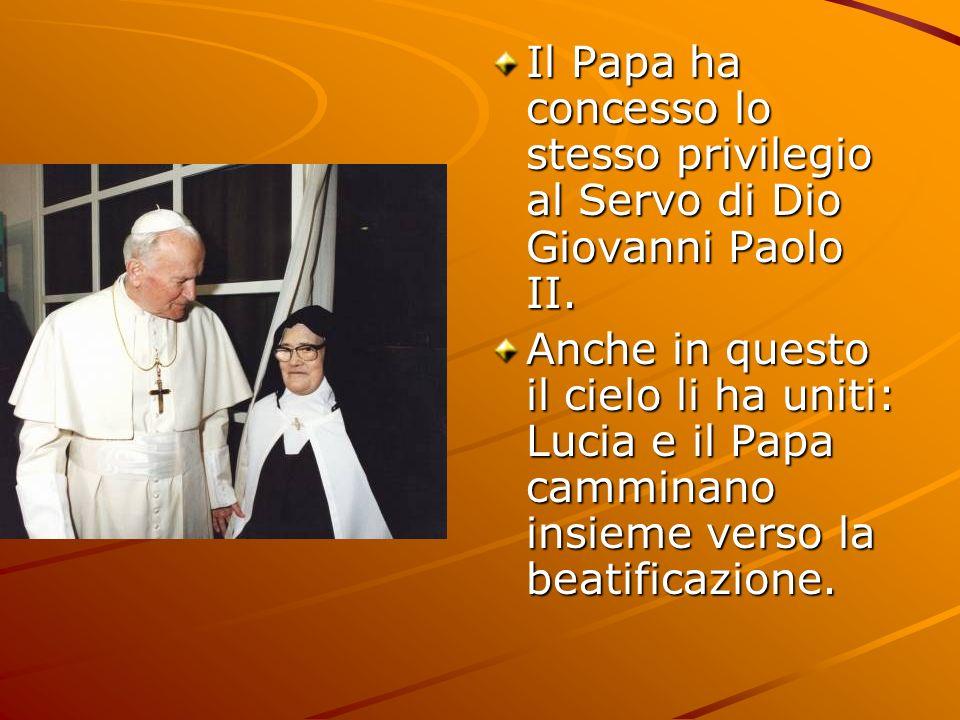 Il Papa ha concesso lo stesso privilegio al Servo di Dio Giovanni Paolo II. Anche in questo il cielo li ha uniti: Lucia e il Papa camminano insieme ve
