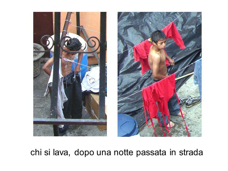 chi lava i propri vestiti e li stende al sole nel patio