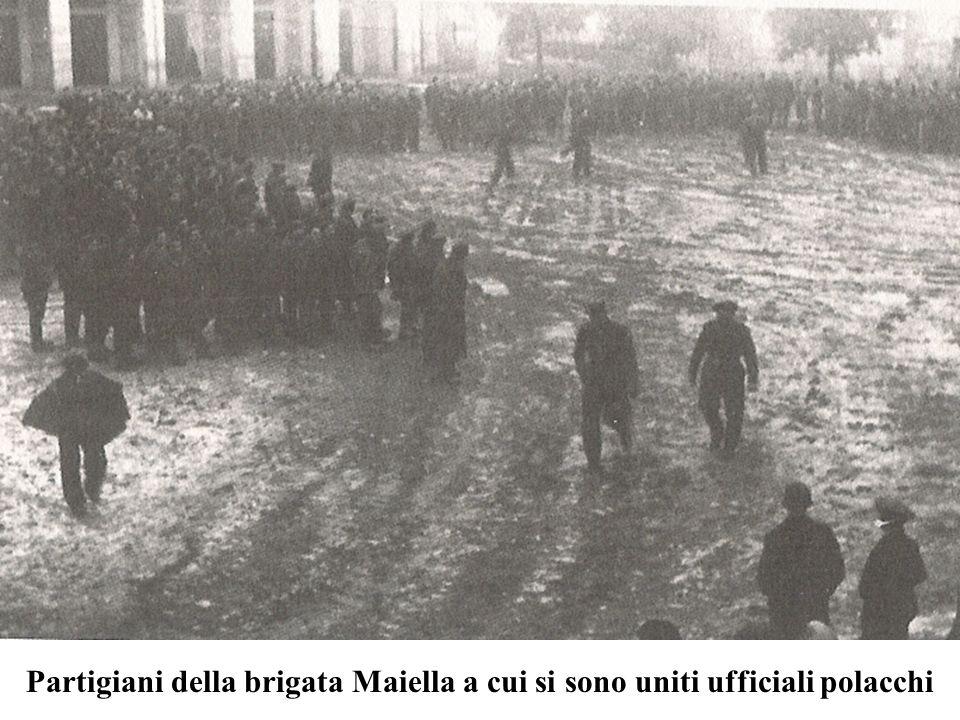 Partigiani della brigata Maiella a cui si sono uniti ufficiali polacchi
