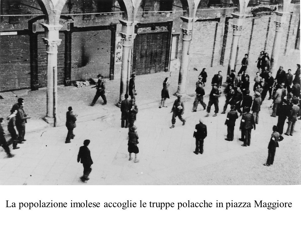 La popolazione imolese accoglie le truppe polacche in piazza Maggiore