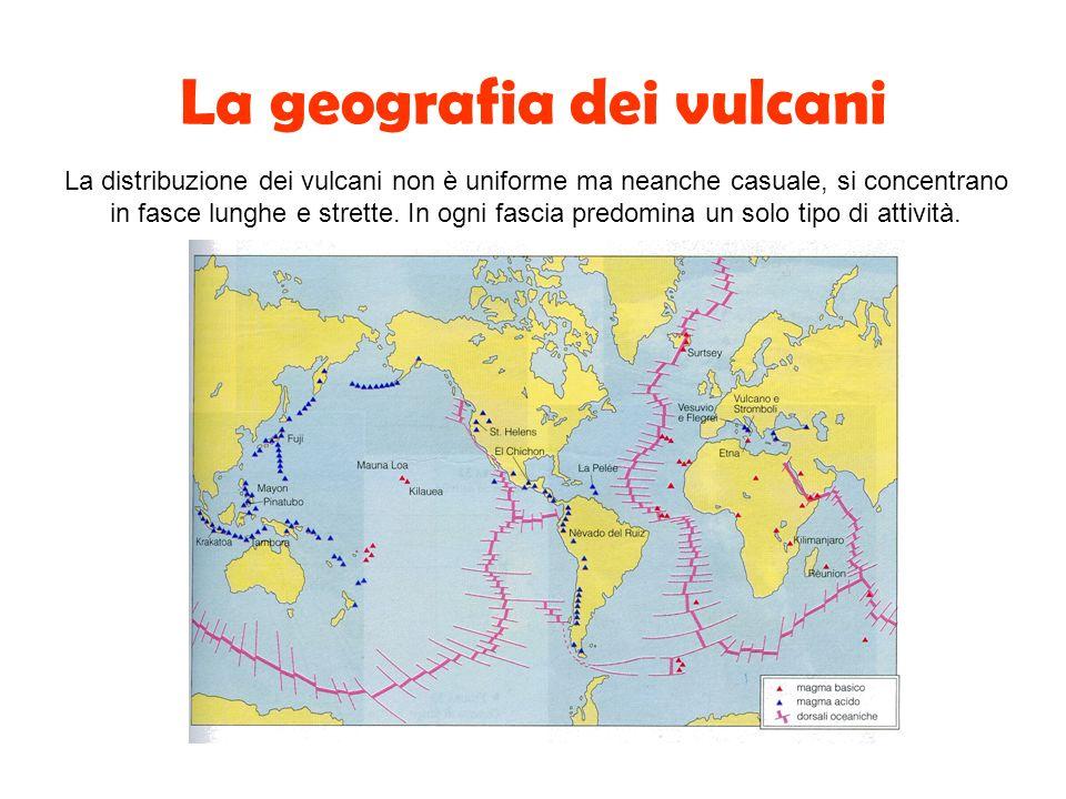 La geografia dei vulcani La distribuzione dei vulcani non è uniforme ma neanche casuale, si concentrano in fasce lunghe e strette. In ogni fascia pred