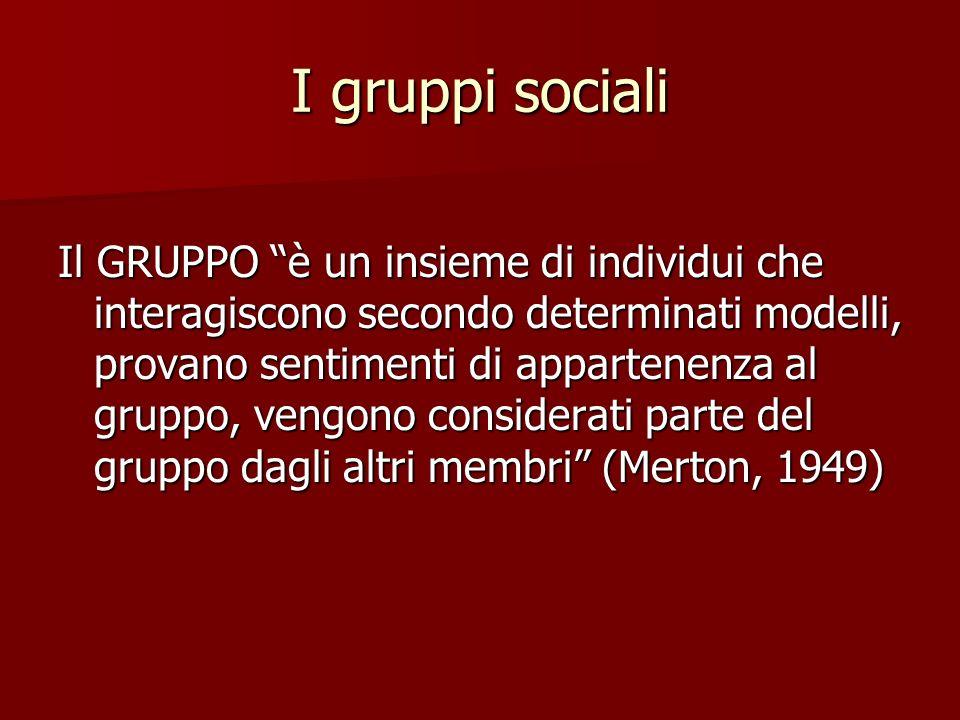 I gruppi sociali Il GRUPPO è un insieme di individui che interagiscono secondo determinati modelli, provano sentimenti di appartenenza al gruppo, veng