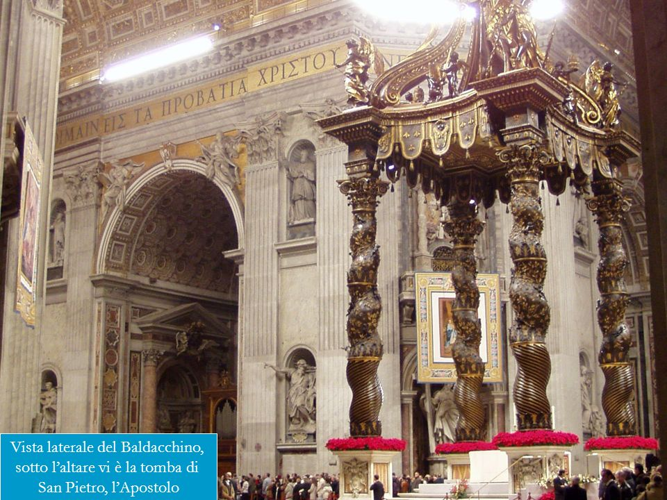 Vista laterale del Baldacchino, sotto laltare vi è la tomba di San Pietro, lApostolo