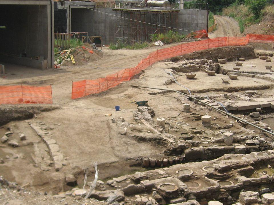 4 Valorizzazione del territorio e dei beni culturali e archeologici Un particolare di doliarium e un particolare di edificio funerario