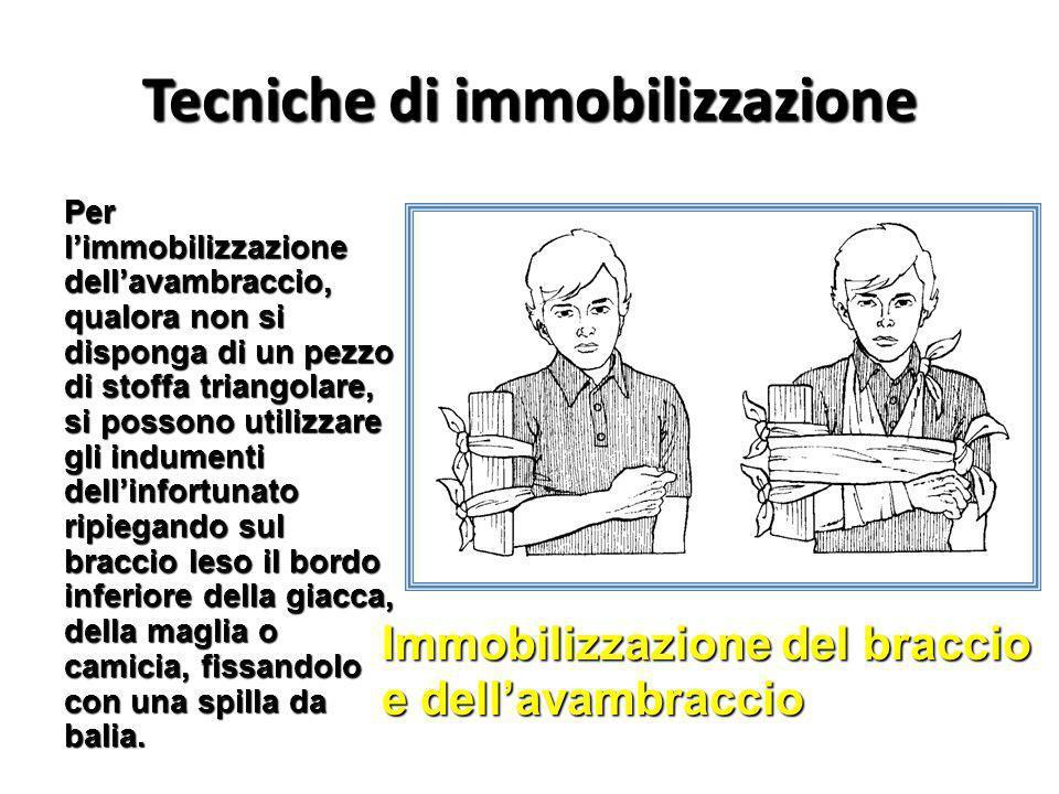 Tecniche di immobilizzazione Per limmobilizzazione dellavambraccio, qualora non si disponga di un pezzo di stoffa triangolare, si possono utilizzare g