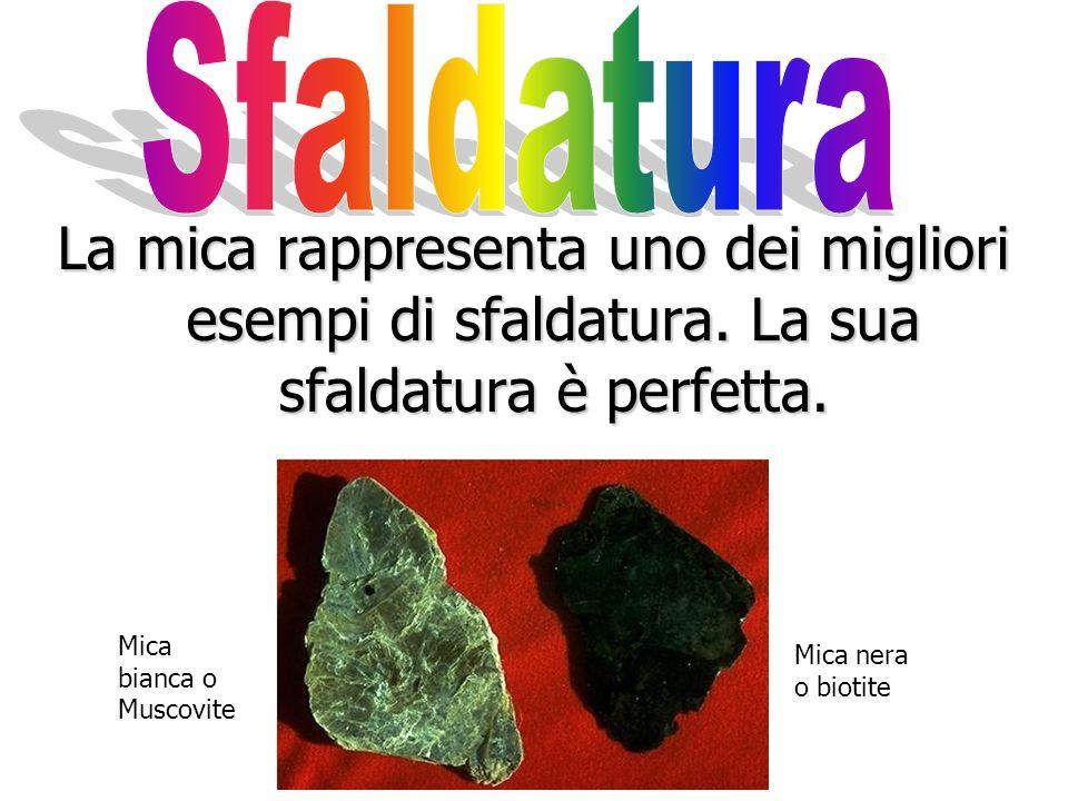 La sfaldatura di un minerale è la sua tendenza a rompersi facilmente lungo superfici piane ben precise. La sfaldatura è una proprietà utile per classi