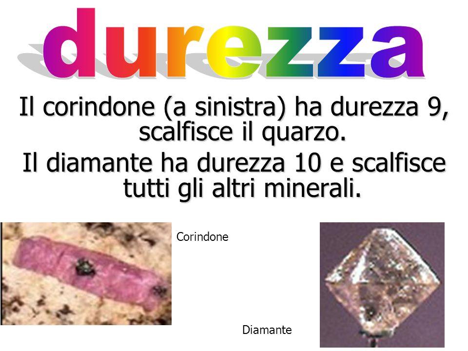 Il quarzo (sulla sinistra), con durezza 7, è il più duro dei minerali più comuni. Con facilità scalfisce il vetro e lacciaio. Il topazio ha durezza 8