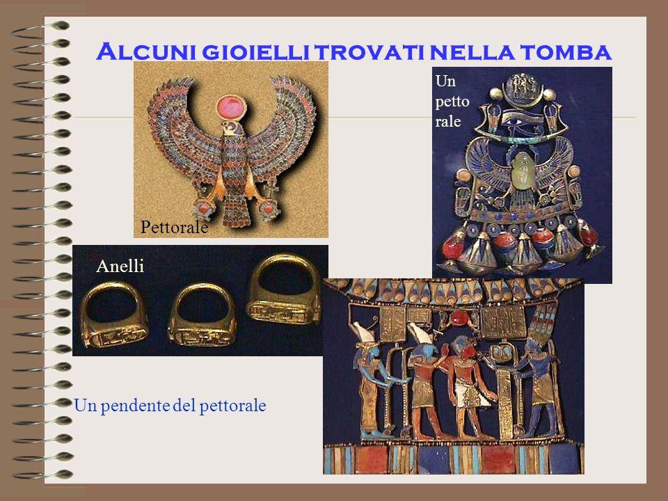 Alcuni gioielli trovati nella tomba Pettorale Un petto rale Anelli Un pendente del pettorale