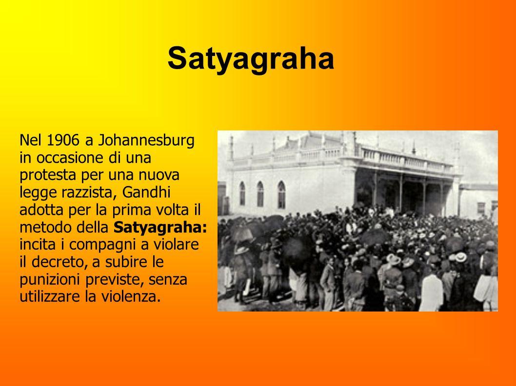 Nel 1906 a Johannesburg in occasione di una protesta per una nuova legge razzista, Gandhi adotta per la prima volta il metodo della Satyagraha: incita