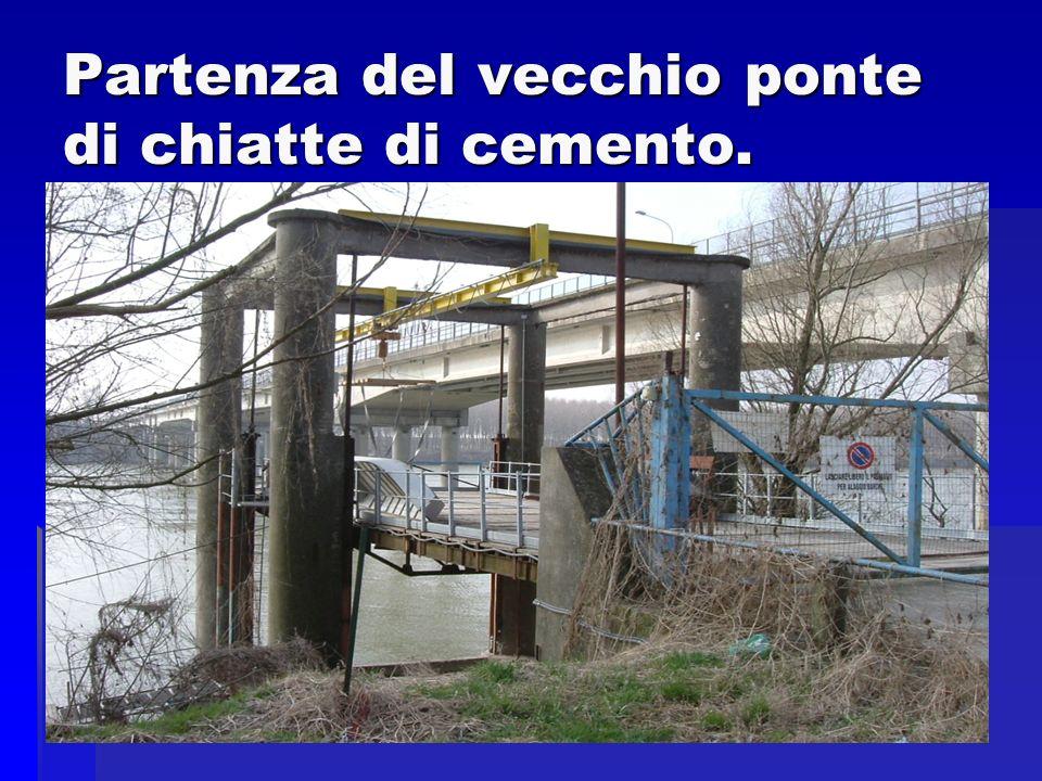 Partenza del vecchio ponte di chiatte di cemento.