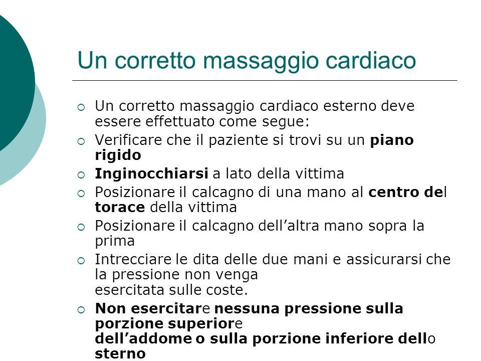 Un corretto massaggio cardiaco Un corretto massaggio cardiaco esterno deve essere effettuato come segue: Verificare che il paziente si trovi su un pia