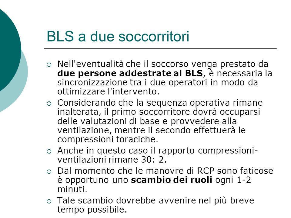 BLS a due soccorritori Nell'eventualità che il soccorso venga prestato da due persone addestrate al BLS, è necessaria la sincronizzazione tra i due op