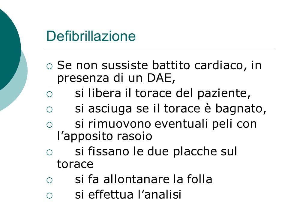 Defibrillazione Se non sussiste battito cardiaco, in presenza di un DAE, si libera il torace del paziente, si asciuga se il torace è bagnato, si rimuo