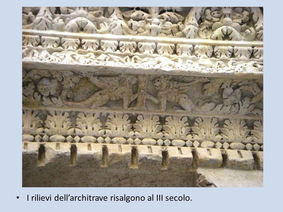 I rilievi dellarchitrave risalgono al III secolo.