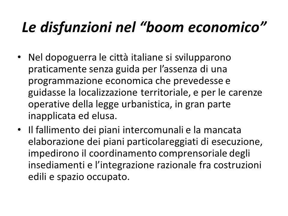 Le disfunzioni nel boom economico Nel dopoguerra le città italiane si svilupparono praticamente senza guida per lassenza di una programmazione economi