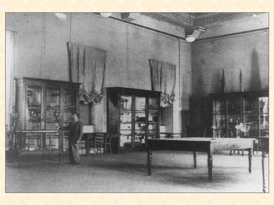 Per ciò che riguarda il primo punto è esposta nelle vetrine una serie di documenti riguardanti gli acquisti relativi alle collezioni scientifiche, le