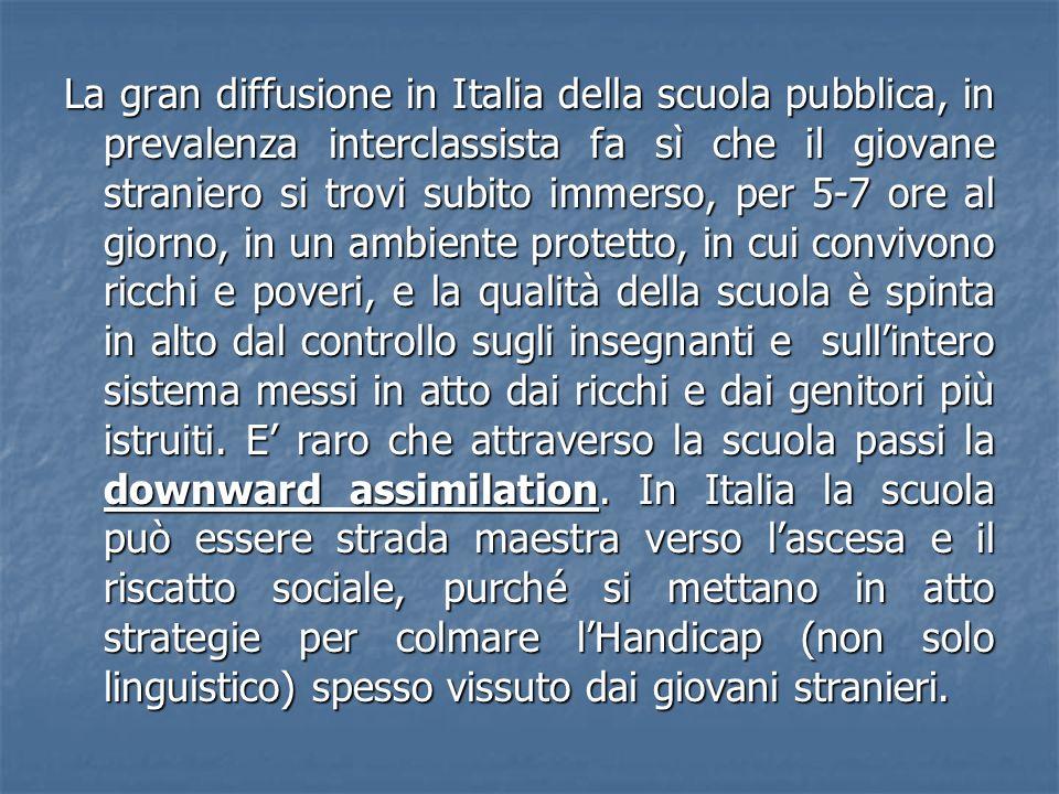 La gran diffusione in Italia della scuola pubblica, in prevalenza interclassista fa sì che il giovane straniero si trovi subito immerso, per 5-7 ore a