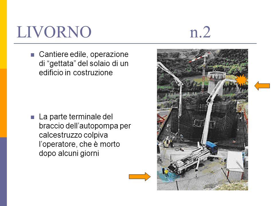 Cantiere edile, operazione di gettata del solaio di un edificio in costruzione La parte terminale del braccio dellautopompa per calcestruzzo colpiva l