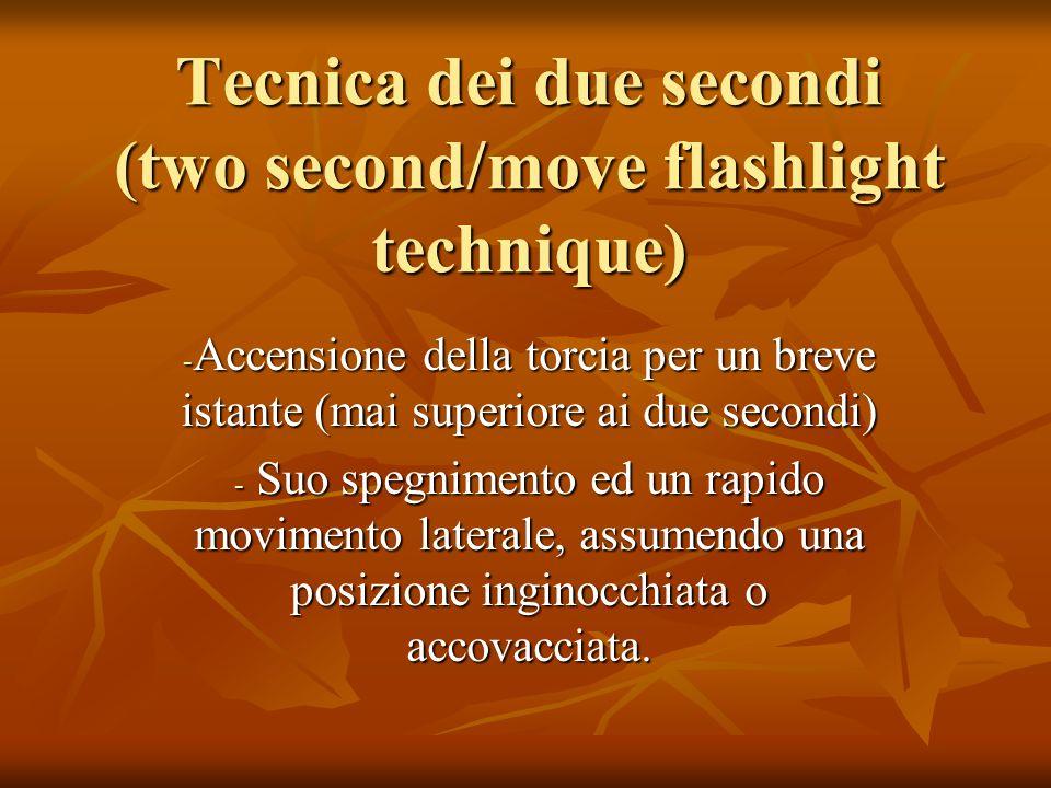 Tecnica dei due secondi (two second/move flashlight technique) - Accensione della torcia per un breve istante (mai superiore ai due secondi) - Suo spe