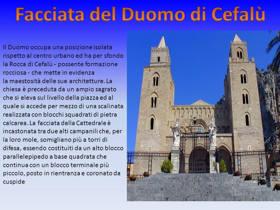 Il Duomo occupa una posizione isolata rispetto al centro urbano ed ha per sfondo la Rocca di Cefalù - possente formazione rocciosa - che mette in evid