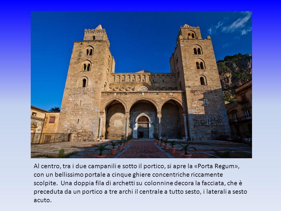 Al centro, tra i due campanili e sotto il portico, si apre la «Porta Regum», con un bellissimo portale a cinque ghiere concentriche riccamente scolpit