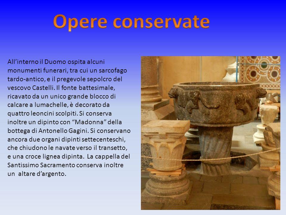 Allinterno il Duomo ospita alcuni monumenti funerari, tra cui un sarcofago tardo-antico, e il pregevole sepolcro del vescovo Castelli. Il fonte battes