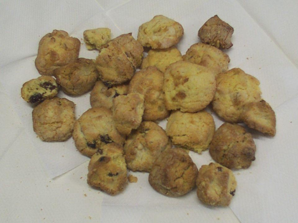 I sassi della calvana Morbidi biscotti a base di prodotti tipici della Calvana: Olio di Sofignano e nocciole, nella vegetazione dellantiche Mandrie; F
