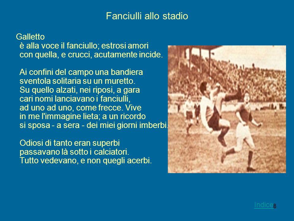 8 Fanciulli allo stadio Galletto è alla voce il fanciullo; estrosi amori con quella, e crucci, acutamente incide. Ai confini del campo una bandiera sv
