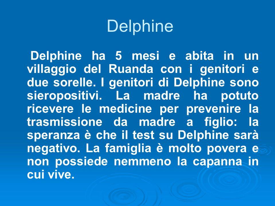 Delphine ha 5 mesi e abita in un villaggio del Ruanda con i genitori e due sorelle. I genitori di Delphine sono sieropositivi. La madre ha potuto rice