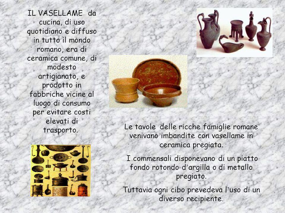 COMERA FATTA UNA CUCINA La cucina era costituita solitamente da BANCONI IN MURATURA. Adoperati come piani di lavoro, su di essi cerano teglie, casseru