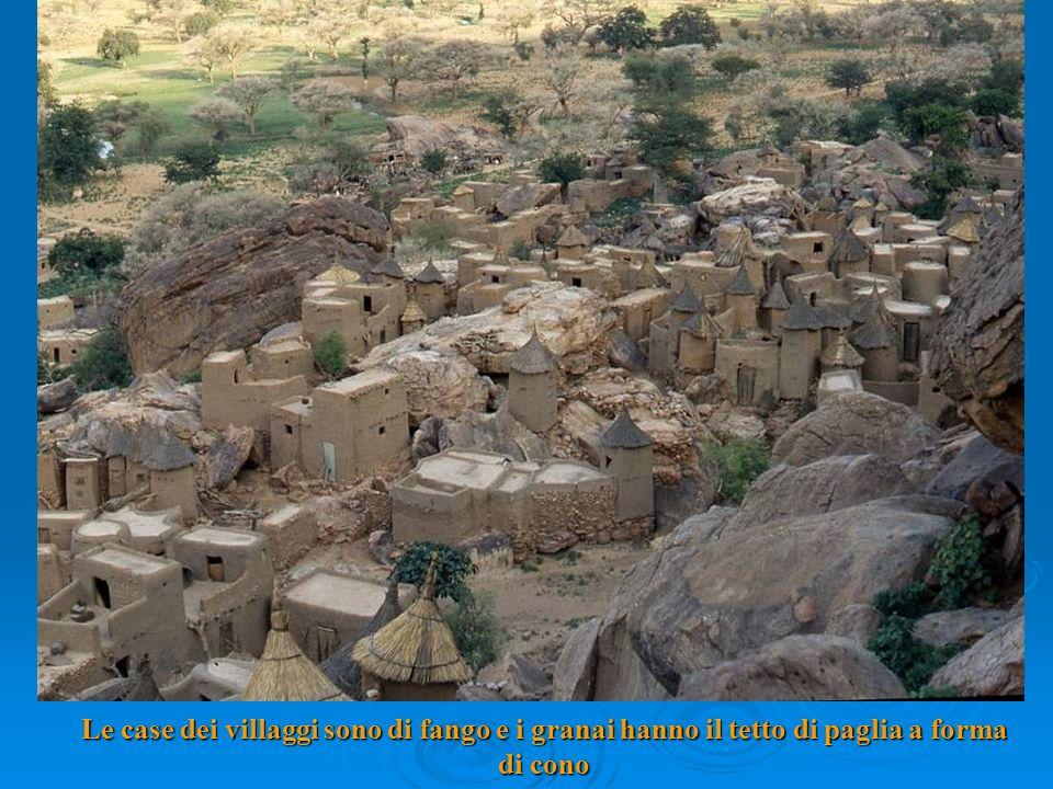Le case dei villaggi sono di fango e i granai hanno il tetto di paglia a forma di cono