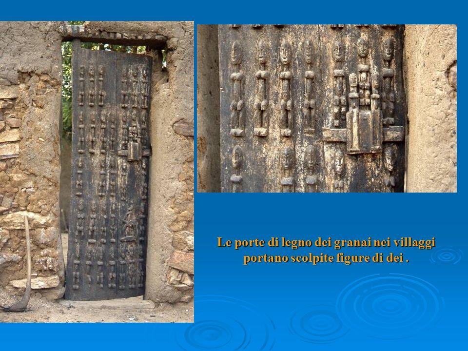 Le porte di legno dei granai nei villaggi portano scolpite figure di dei.