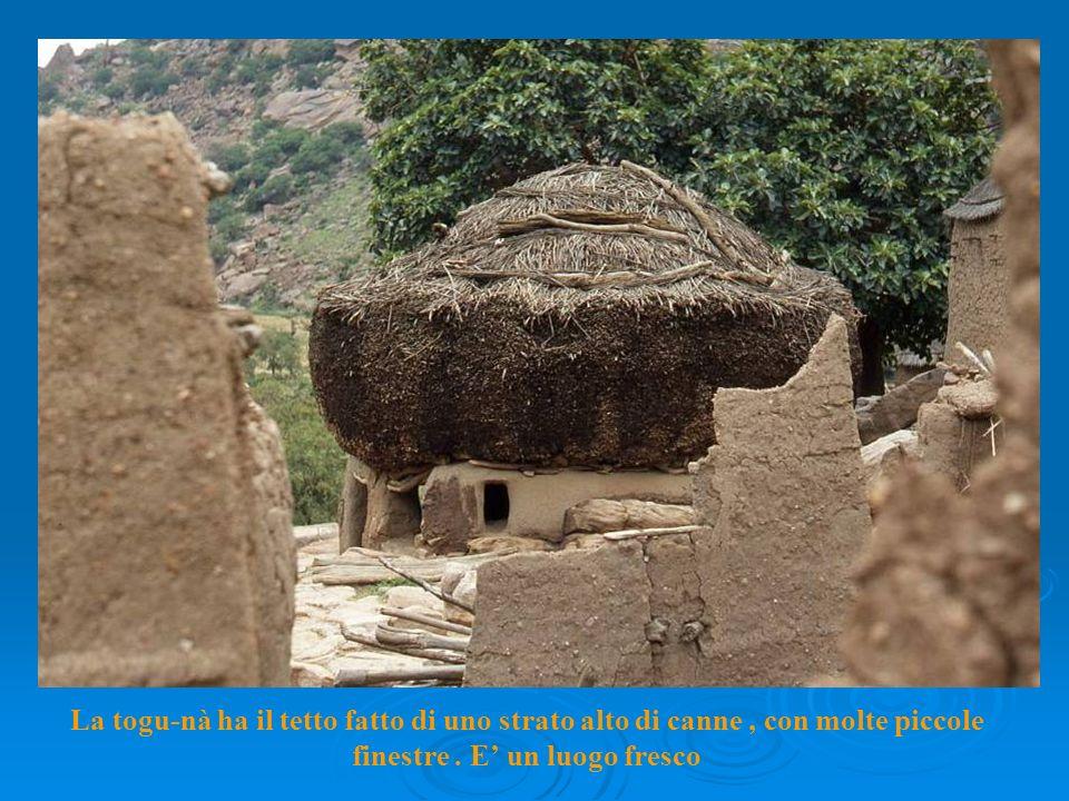 La togu-nà ha il tetto fatto di uno strato alto di canne, con molte piccole finestre.